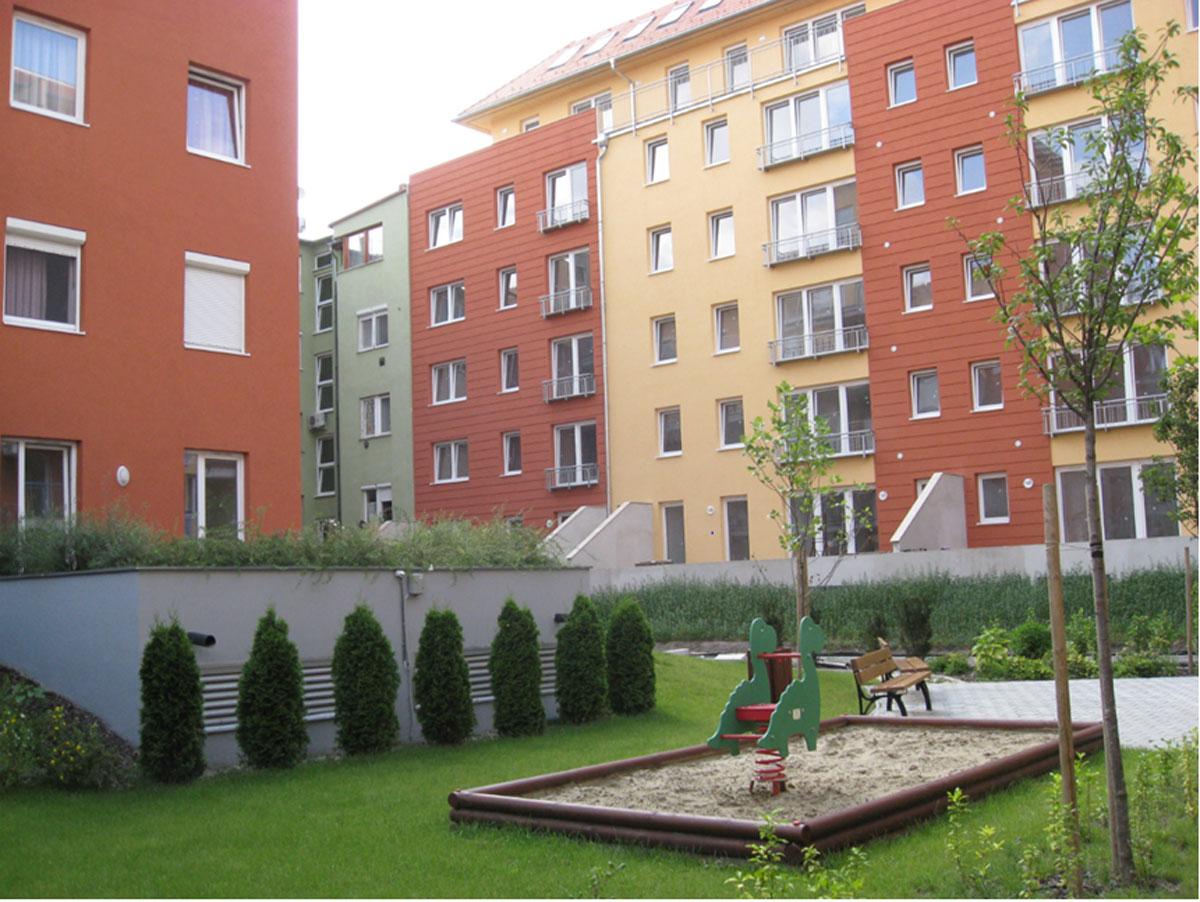 חצר פנימית טיפוסית בבניינים חדשים בבודפשט